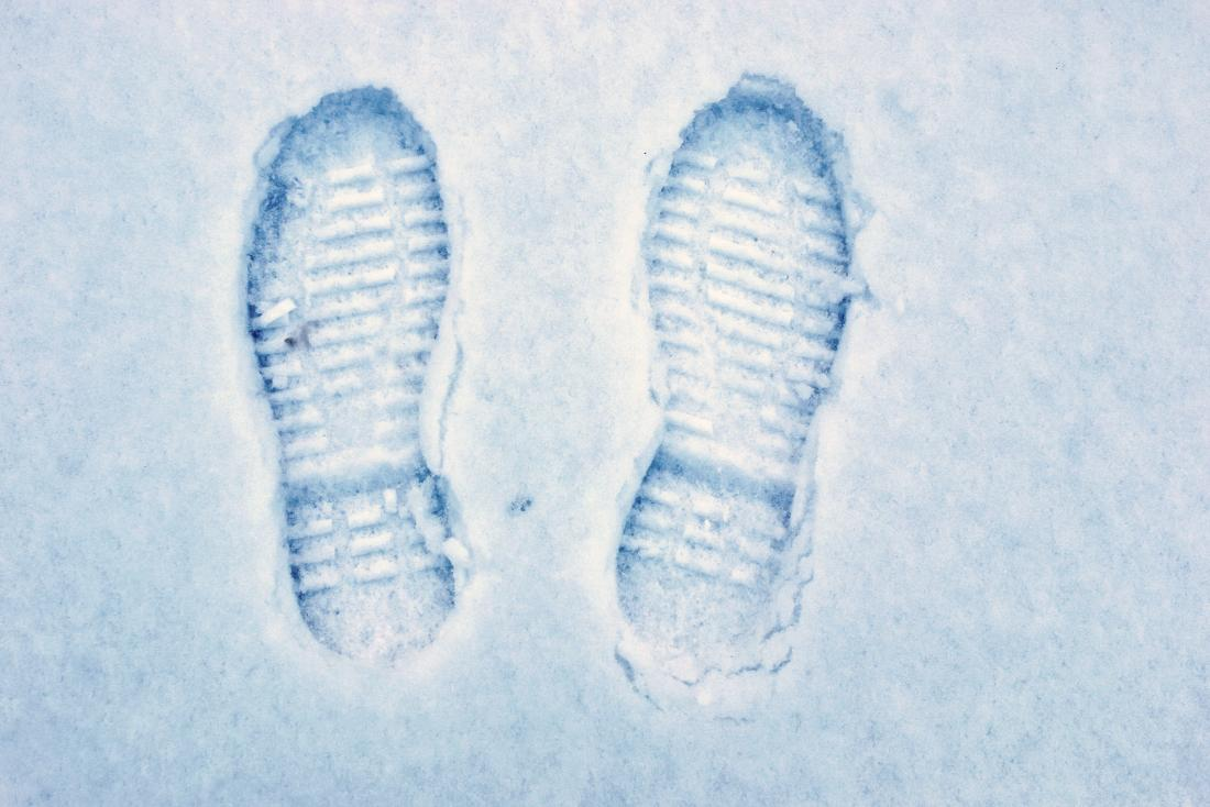 imprint-of-cold-feet-in-shoe-soles-in-the-snow