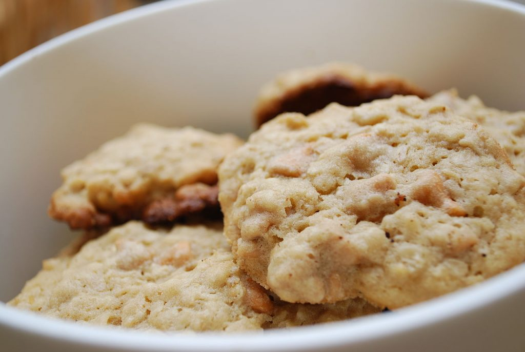 1280px-Oatmeal_cookies_with_peanut_butter_and_butterscotch_chips